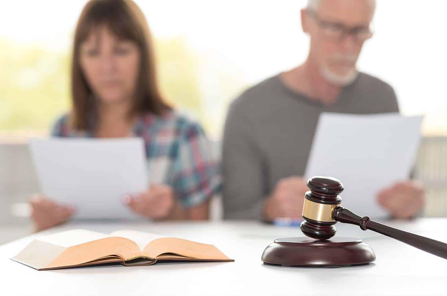 Eherpaar liest Scheidungsfolgenvereinbarung